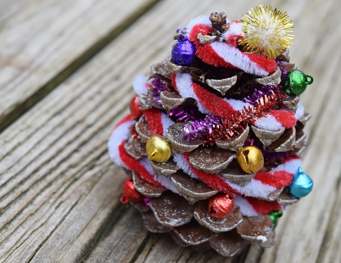Easy Holiday Crafts Are A Fun Way To Make Memories During The Christmas Season Decorate Pinecone Trees
