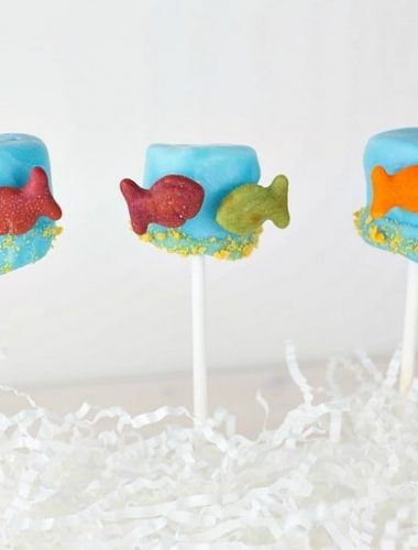 Check out all of the ingredients you need to make Dr Seuss snacks kids love like this One Fish Two Fish Marshmallow Pop!