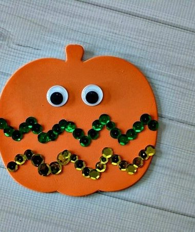 Make this Easy Sequin Pumpkin Craft for Kids #Halloween