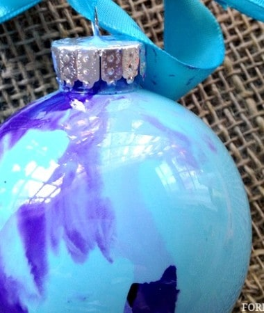 DIY Christmas Ornaments Idea: Swirl Painted Ornament #Christmas #DIY
