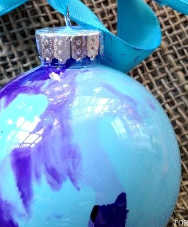 DIY Christmas Ornaments Idea: Swirl Painted Ornament #Christmas #DIY