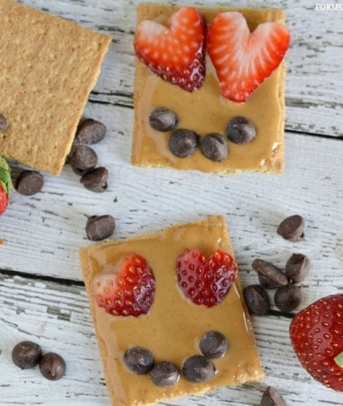 Easy Valentine Snacks: Graham Cracker Smile #ValentinesDay
