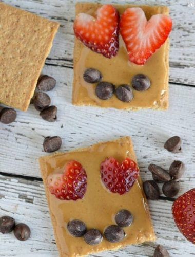 Easy Valentine Snacks: Graham Cracker Smile #ValentinesDay