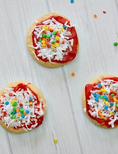 Enjoy making these Sugar Cookie Pizza Cookies with your family! This easy cookie decorating idea is also great for pizza parties!