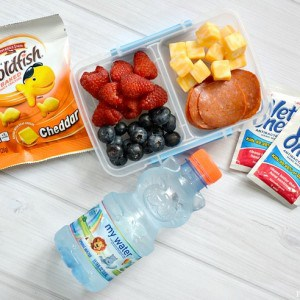 Check out how easy it is to handle school lunches all year long with these easy back to school lunch ideas! Keep it simple and your school lunch ideas won't be a challenge!