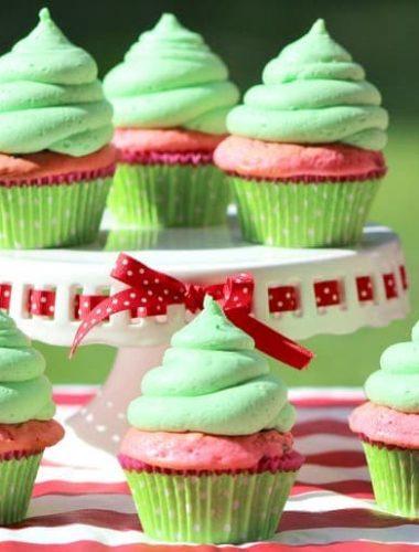 Make these delicious watermelon cupcakes to enjoy in this fun summer fun idea!