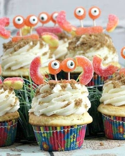 Check out how easy it is to make these Candy Crab Cupcakes! They are perfect for a beach or ocean themed party or just for fun! Easy cupcake decorating idea for easy party planning!