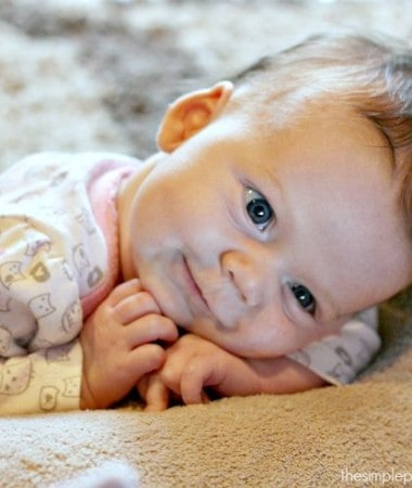 There are so many easy ways to bond with your baby in the early months. If you're a new parent looking for simple ways to connect with your baby, check out these ideas!