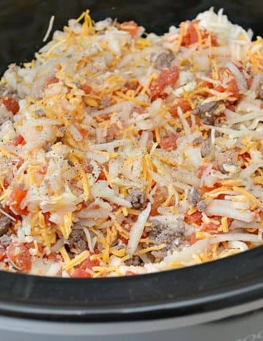 Need an easy dinner recipe for a busy weeknight? This easy Slow Cooker Cheeseburger casserole has a simple ingredient list. Throw it in the slow cooker and forget about it until dinner time!