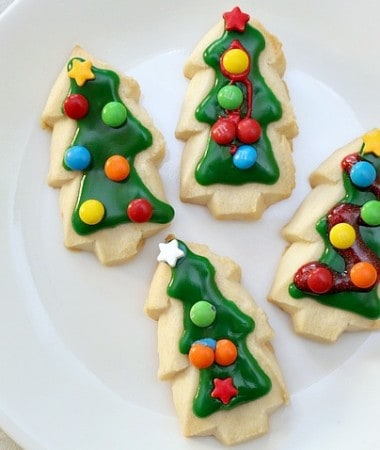 Celebrating the holidays with kids often means fun Christmas cookie traditions! Check out some easy ways to make Christmas cookies with the kids and teach them about thinking of others!
