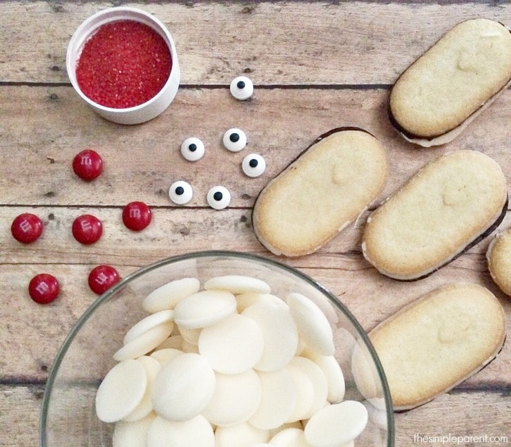 Looking for easy Christmas cookies to make? Make these no bake Santa Cookies for your next kids Christmas party of holiday cookie exchange!