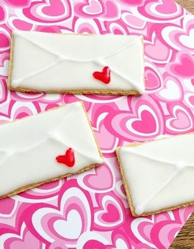 Make a sweet treat with this Graham Cracker Valentine snack!