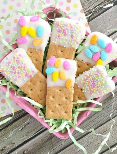 Make Graham Cracker Easter Dippers with the kids for a fun and easy sweet Easter treat!