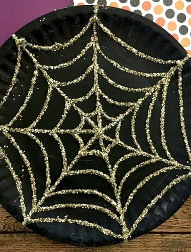 Make this spider web paper plate with your kids this Halloween!