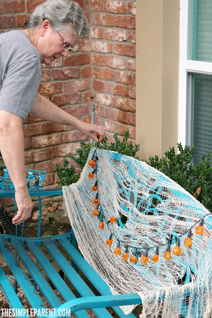 Try these Haloween home decorating ideas to add a festive touch to your front yard this year!
