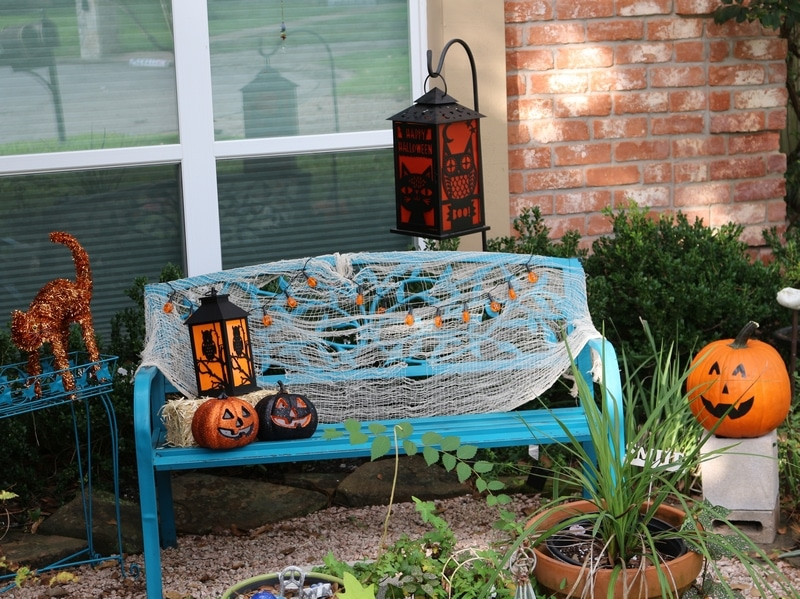 Try these simple outdoor Halloween decorating tips to add a festive touch to your front yard this year!