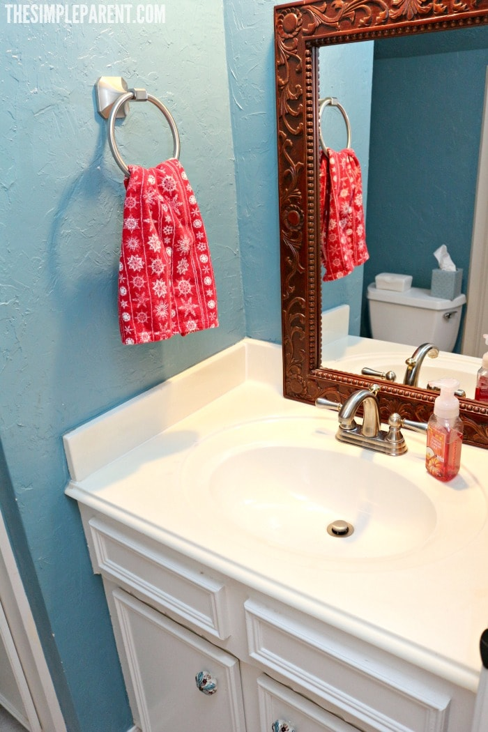 Get ready for your holiday guests with these easy holiday house cleaning tips! It's all about prioritizing!