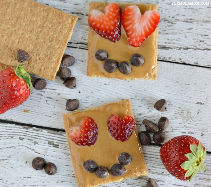 These graham cracker snacks are a healthy take on Valentines treats!