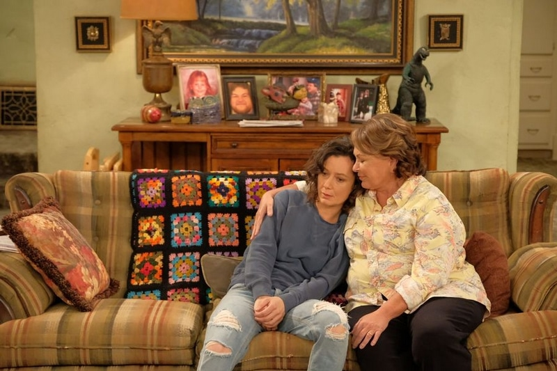 Darlene and Roseanne on the couch in an episode of Roseanne 2018.