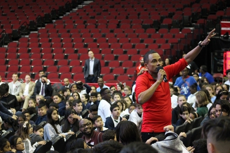 Hill Harper teaching financial education to middle school students in Houston as part of the MassMutual FutureSmart event.