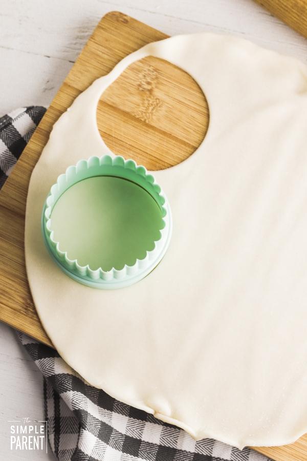 Cutting circles in pie dough